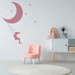 Fille de balançoire de lune